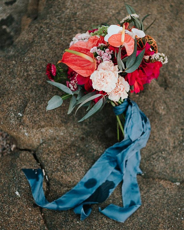 Our custom florals with lovely raw silk ribbon #somethingblue #floraldesigner #weddingplanner #costaricawedding #weddinginspo #boho