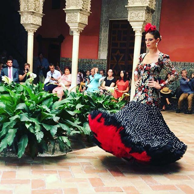 Nuestros clientes @rosa_pedroche ya preparan la nueva colección de moda flamenca de 2019 que presentarán de nuevo en @pasarela_weloveflamenco ¿Hay ganas? Este es el primer diseño creado y mostrado ayer en este singular evento en @casadesalinas con el resto de participantes de la pasarela. ¡¡Arriba los lunares!! . . #Comunicación #Trajesdeflamenca #Sevilla #MadeinAndalucía