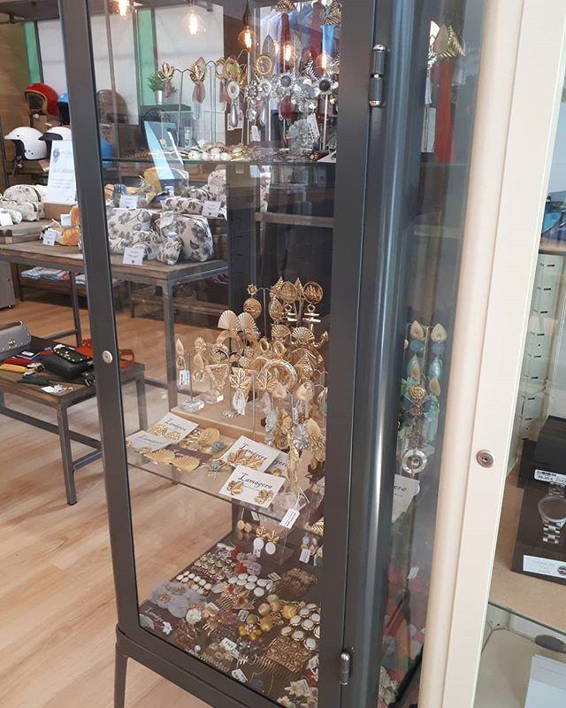 ¿Has visto el espacio de @lamagora en la nueva ubicación de @libelula_shop en #Sevilla? ¡Pruébatelos y enamórate! . .  #Complementos #Moda #Flamenca #invitadas #Novias #Comunicación