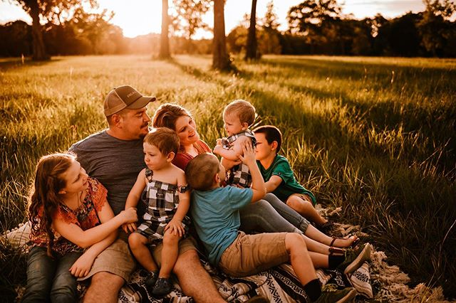 Happy Monday, friends. I'm dyingggggg over last nights mini sessions. They were magic 💫 Also, every time I photograph a big family it makes me want more babes😍 . . . . . . . . . . #simplychildren #thesincerestoryteller #fearlessandframed #dearphotographer  #beunraveled #magicthroughmylens #dearestviewfinder #thefamilycollective #follow_this_light #theartofchildhood #inbeautyandchaos #thebloomforum #thelifestylecollective #howiclick #snaplovegrow #jj_its_kids #cameramama #photographerstories  #boldemotionalcolorful #thefamilynarrative  #boldandcolorful  #thesugarjar #dearphotographer #momtogs #cameramama #thesincerestoryteller