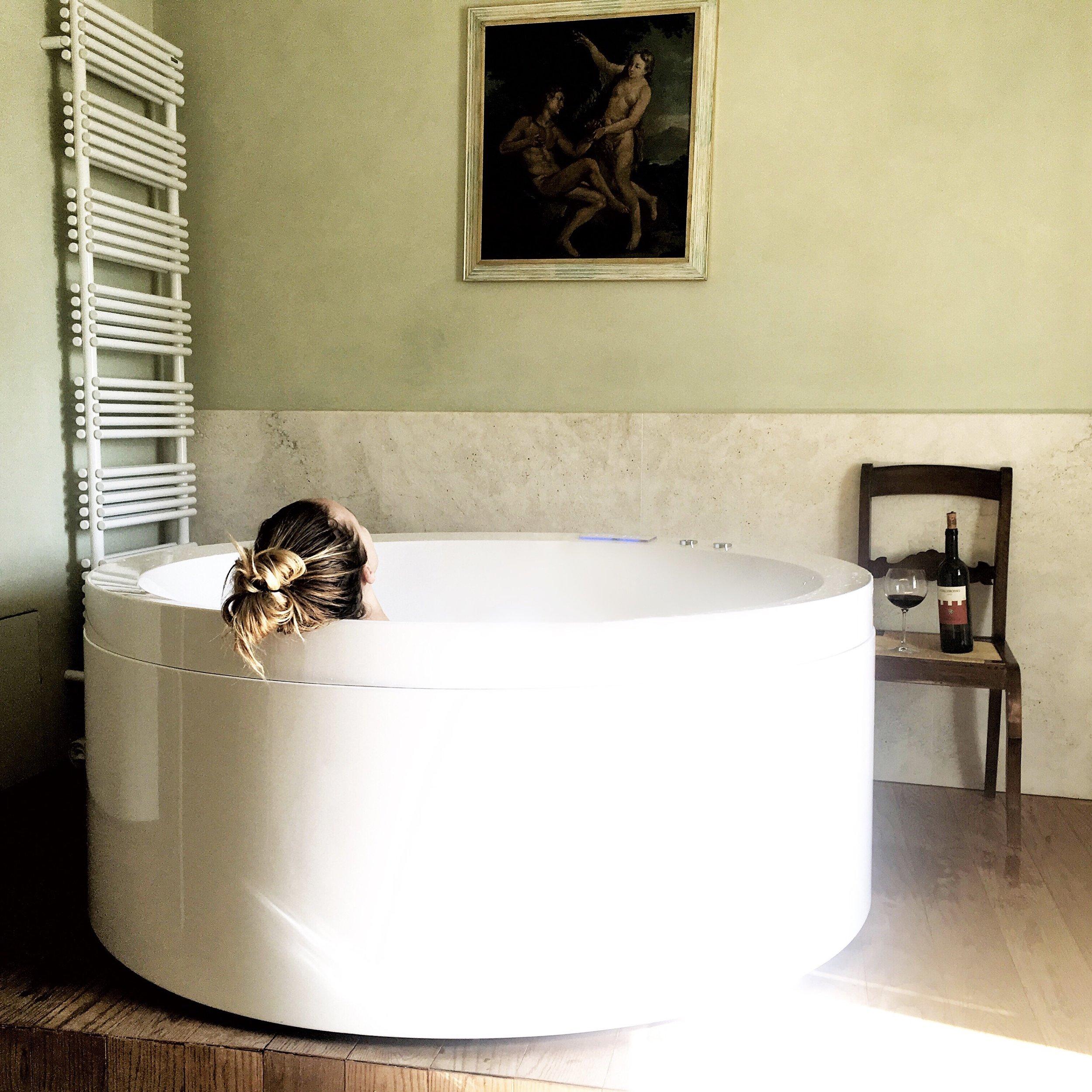 Relaxing bath at the Relais degli Angeli hotel