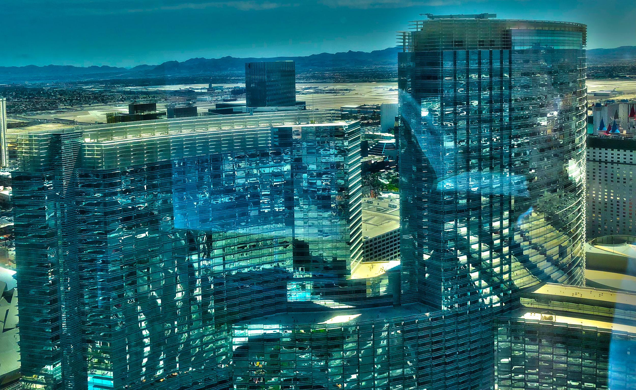 Aria - Eröffnet: 2009Casino-Grösse: 13'935m²Resort-Fee: 39 US-DollarZimmeranzahl: 4'004 (inkl. Tower-Suites und Sky-Suites mit vielen Extras)Hypermodernes Hotel inmitten des «City Center»-Komplex mit grossem Spa (7430m²). Die Zimmer sind mit viel technischem Schnickschnack ausgestattet (via Tablet) und stilvoll eingereichtet. Das Buffet gehört zu den Besten, das Casino ist weitläufig und äusserst Kundenfreundlich eingerichtet.