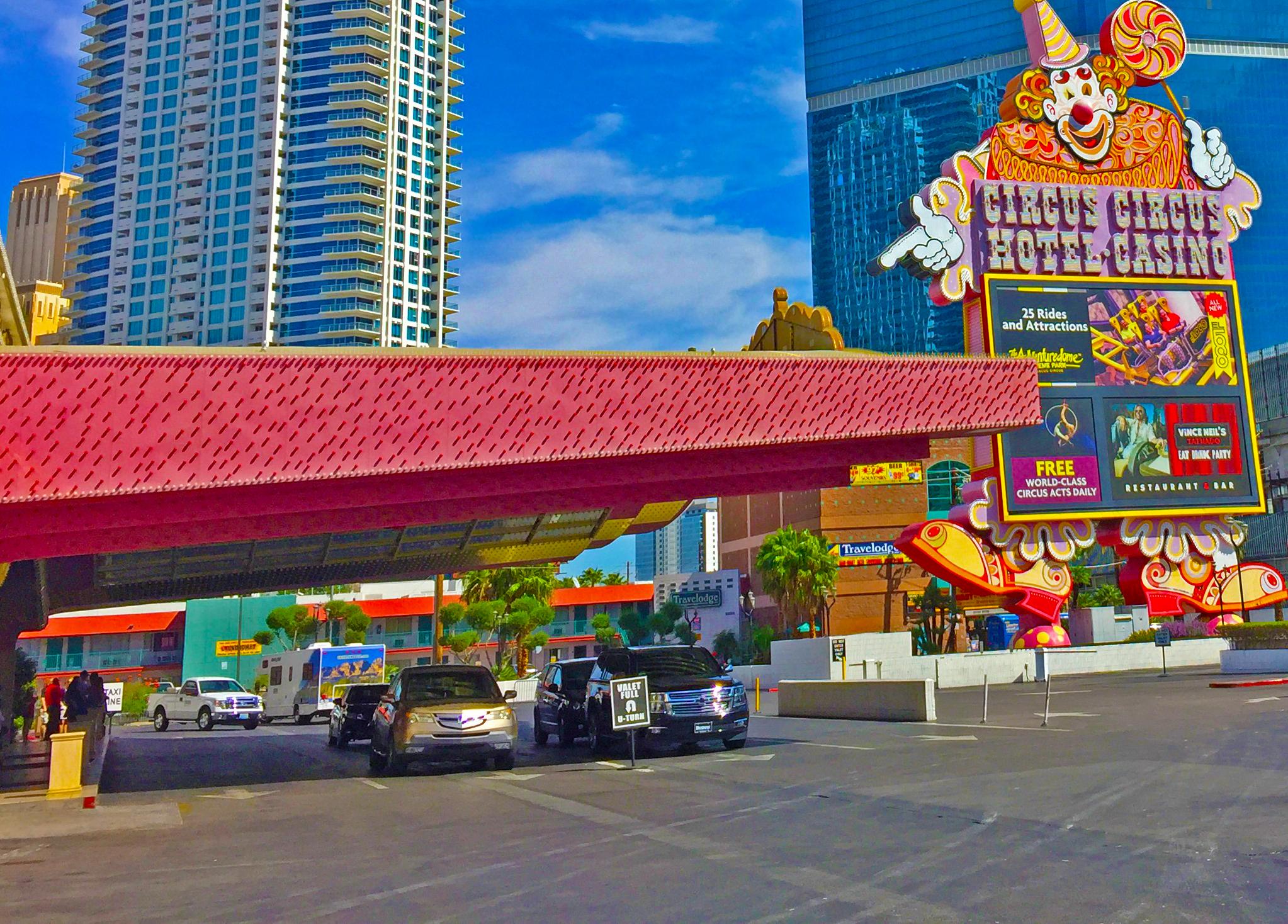 Circus Circus - Eröffnet: 1968Casino-Grösse: 11'513m²Resort-Fee: 32 US-DollarZimmeranzahl: 3'770 Zimmer, 122 SuitenEin kunterbuntes Hotel, das sichtlich in die Jahre gekommen ist. Jedoch bietet das Resort dennoch einiges: Eine gratis Zirkus-Shows von 11.00 Uhr bis 24.00 Uhr, grosse Spielhalle mit zahlreichen Spielen für Kinder und einen grossen Themenpark mit 25 Attraktionen (der im Oktober stets in ein sehr beliebtes und gruseliges Halloween-Theme umgewandelt wird).
