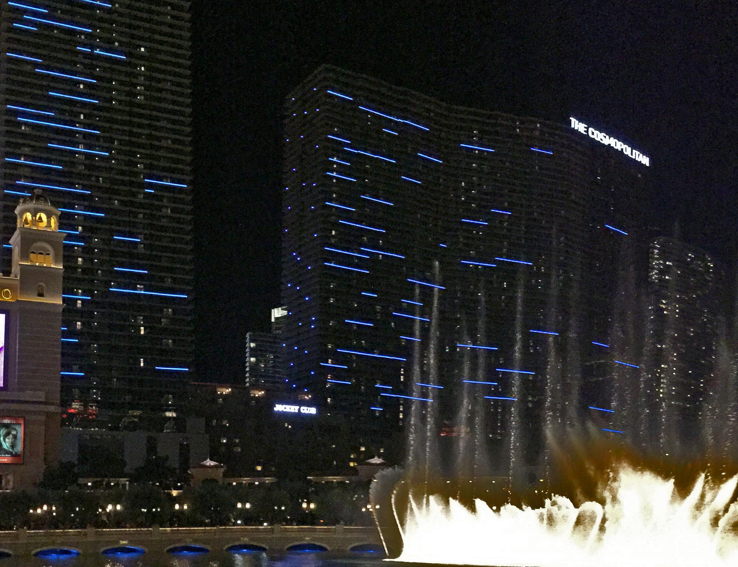 Cosmopolitan, The - Eröffnet: 2010Casino-Grösse: 5'911m²Resort-Fee: 35 US-DollarZimmeranzahl: 2'600 Zimmer, 395 SuitenÄusserst beliebtes Hotel am Las Vegas Strip. Die Zimmer wurden 2018 rundum erneuert und haben einen hochmodernen Vibe. Viele haben einen Balkon mit direktem Sicht auf den «Bellagio-Fountain». Das Buffet «Wicked Spoon» gehört zu den besten Buffet-Optionen, zudem glänzt das Hotel mit zahlreichen, äusserst vielseitigen Restaurants.