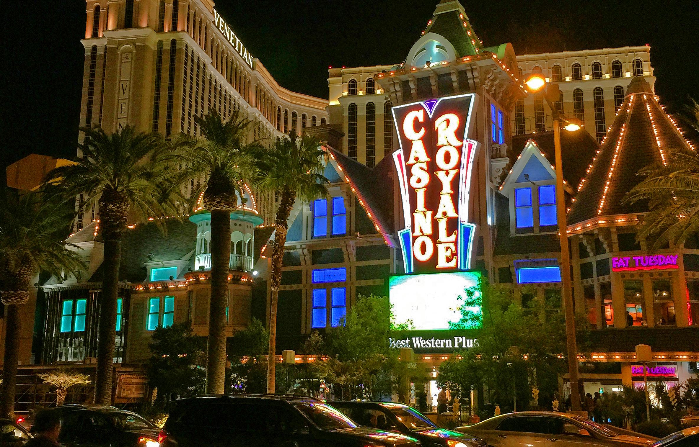 Best Western Plus Casino Royale - Eröffnet: 1978Casino-Grösse: 2'044m²Resort-Fee: 0 US-DollarZimmeranzahl: 151 Zimmer, 3 SuitenWirkt wie ein Relikt aus alten Zeiten. Als einziges Hotel am Las Vegas Strip müssen Sie zu den Zimmerpreisen obendrein keine Resort-Fees bezahlen. Nutzbare Kühlschränke sind in jedem Zimmer vorhanden.