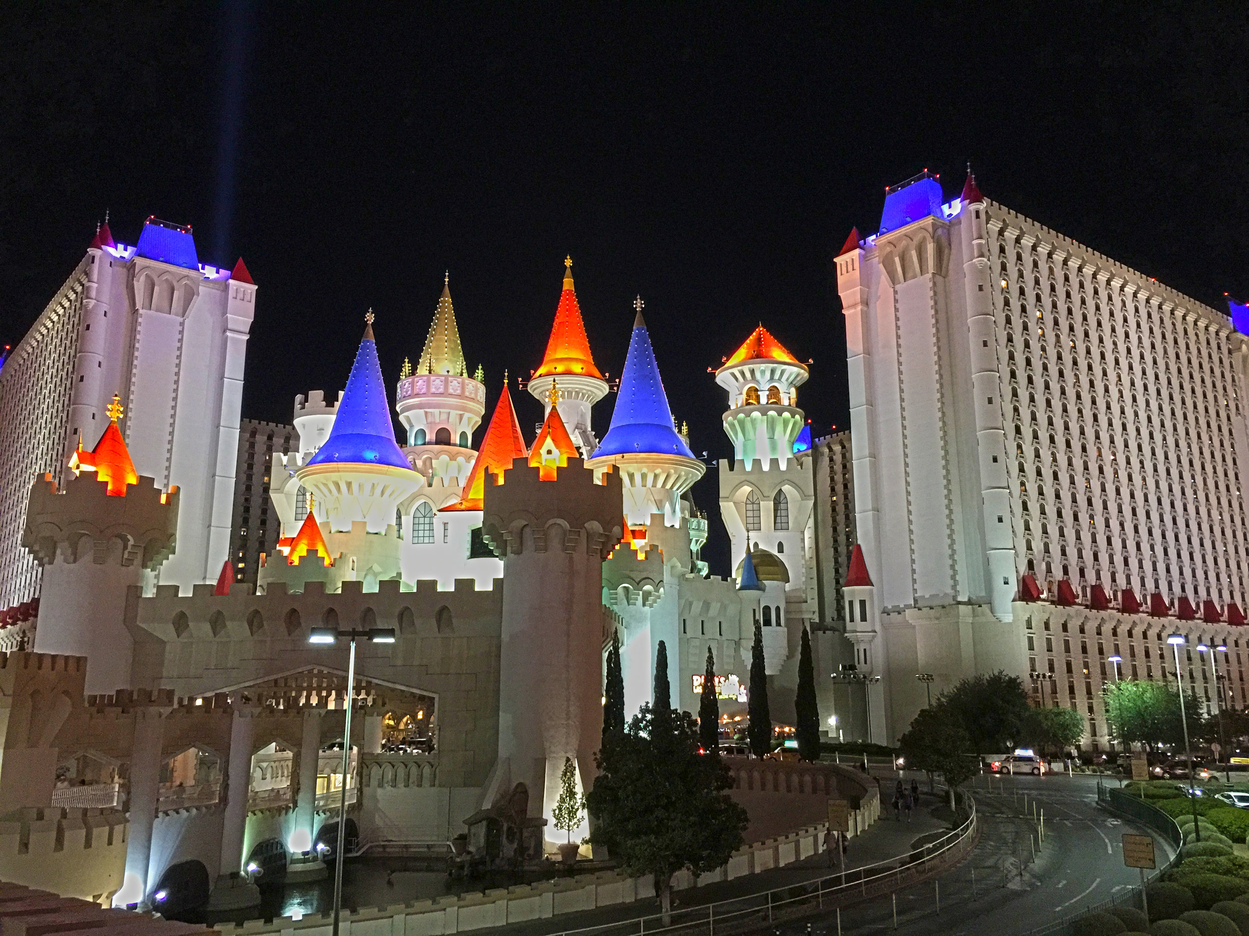 Excalibur - Eröffnet: 1990Casino-Grösse: 9'163m²Resort-Fee: 35 US-DollarZimmeranzahl: 4008 Zimmer, 46 SuitenDas Märchenschloss von MGM. Spielhalle im Untergeschoss, tägliche «Tournament of Kings»-Dinner-Show. 2016 wurden die Zimmer umgestaltet, einige auch komplett Rauchfrei gemacht (neue Teppiche, etc.). Insgesamt dennoch ein Low-End-Hotel am Las Vegas Strip.