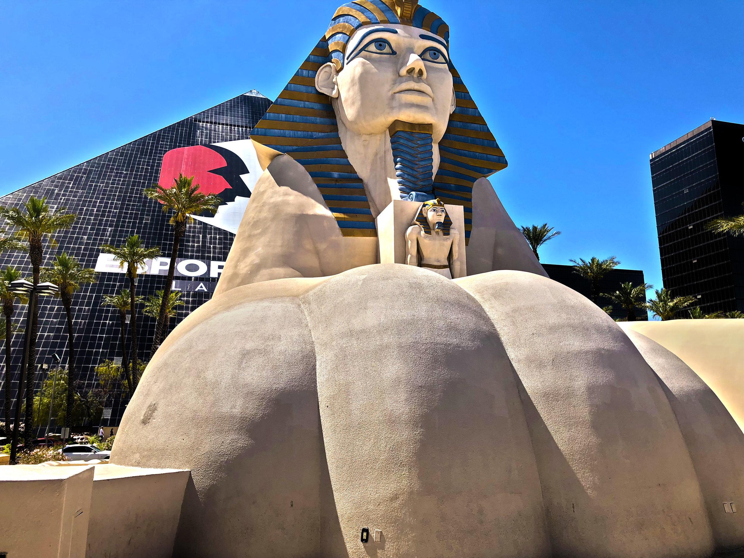 """Luxor - Eröffnet: 1993Casino-Grösse: 11'150m²Resort-Fee: 35 US-DollarZimmeranzahl: 4400 Zimmer, 236 Suiten (inkl. neuem Tower)Eines der ikonischen Themenhotels in Las Vegas. Die Zimmer in der Pyramide sind wegen der schrägen Wand teils extrem klein, die Suiten im neuen Tower hingegen sind sehr gross und kostengünstig. Mit der """"Blue Man Group"""" und """"Carrot Top"""" hat das Luxor zwei Top-Show-Acts. Der Lichtstrahl an der Spitze der Pyramide kann im ganzen Las Vegas Valley gesehen werden."""