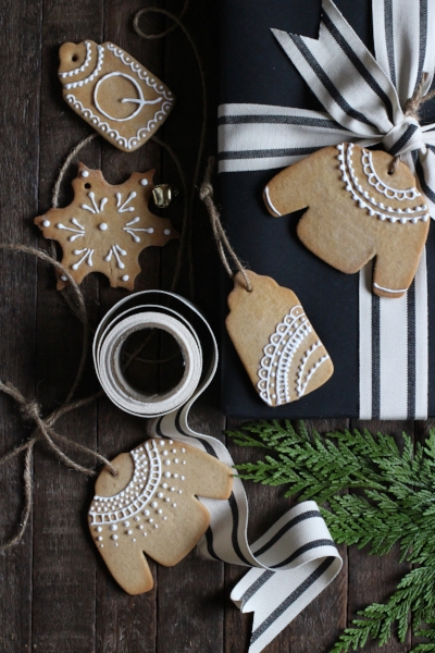 I can't tell you how much I love these gorgeous Christmas cookie gift tags!! Want to know how to make them? Click on the picture and it will send you over to  Honestly Yum 's website for the recipe!