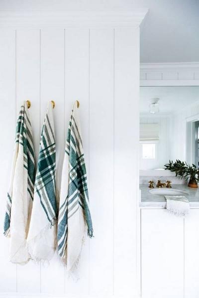 our-spring-cover-girl-jenni-kayne-bronze-and-green-and-white-bathroom-1456439261-56cf77b70e34482245c5e148-w669_h897.jpg