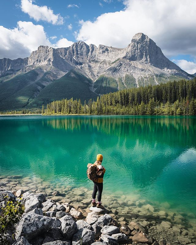 Can you believe this view is literally a 5 minute drive from town? The Canadian Rockies will never cease to amaze me. 🤯 ⠀⠀⠀⠀⠀⠀⠀⠀⠀⠀⠀⠀⠀⠀⠀⠀⠀⠀⠀⠀⠀ #AllAboutAdventures