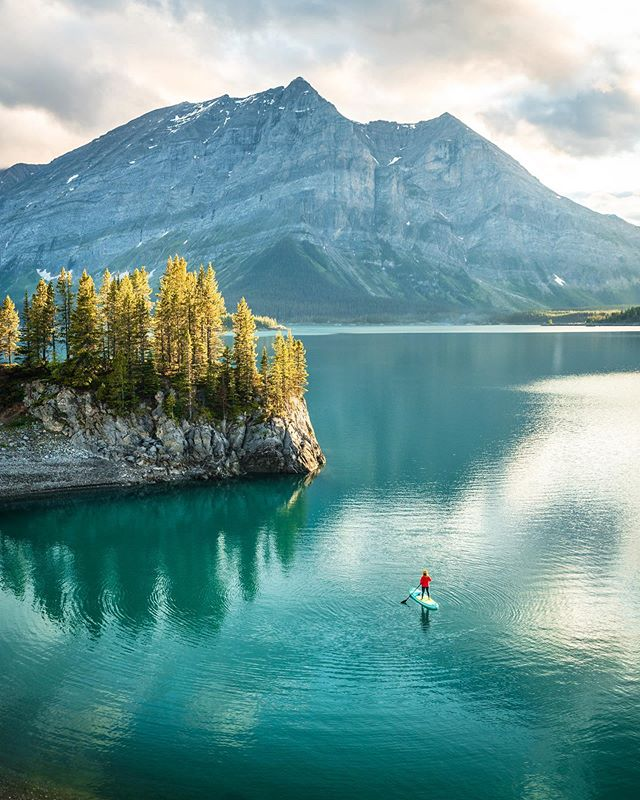 Sunset paddles, the perfect way to end a long Summers day in the Rockies ☀️ ⛰  #AllAboutAdventures