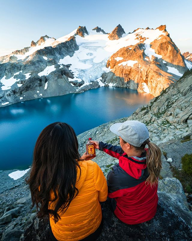 At the end of a long week I like to get out of the city and into the mountains with my friends. ⛰ ⠀⠀⠀⠀⠀⠀⠀⠀⠀⠀⠀⠀⠀⠀⠀⠀⠀⠀⠀⠀⠀ On my last hiking trip, we took a cheeky little bottle of #FireballWhisky with us to stir things up and add a bit of fire to our overnight camping trip. 🔥 🏕 ⠀⠀⠀⠀⠀⠀⠀⠀⠀⠀⠀⠀⠀⠀⠀⠀⠀⠀⠀⠀⠀ Views with a bit of a kick, the perfect combination for #FireballFriday 👌🏼 #Ad