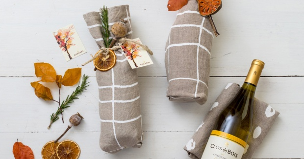 Wine gift wrap ideas: a tea towel with a creative garnish!