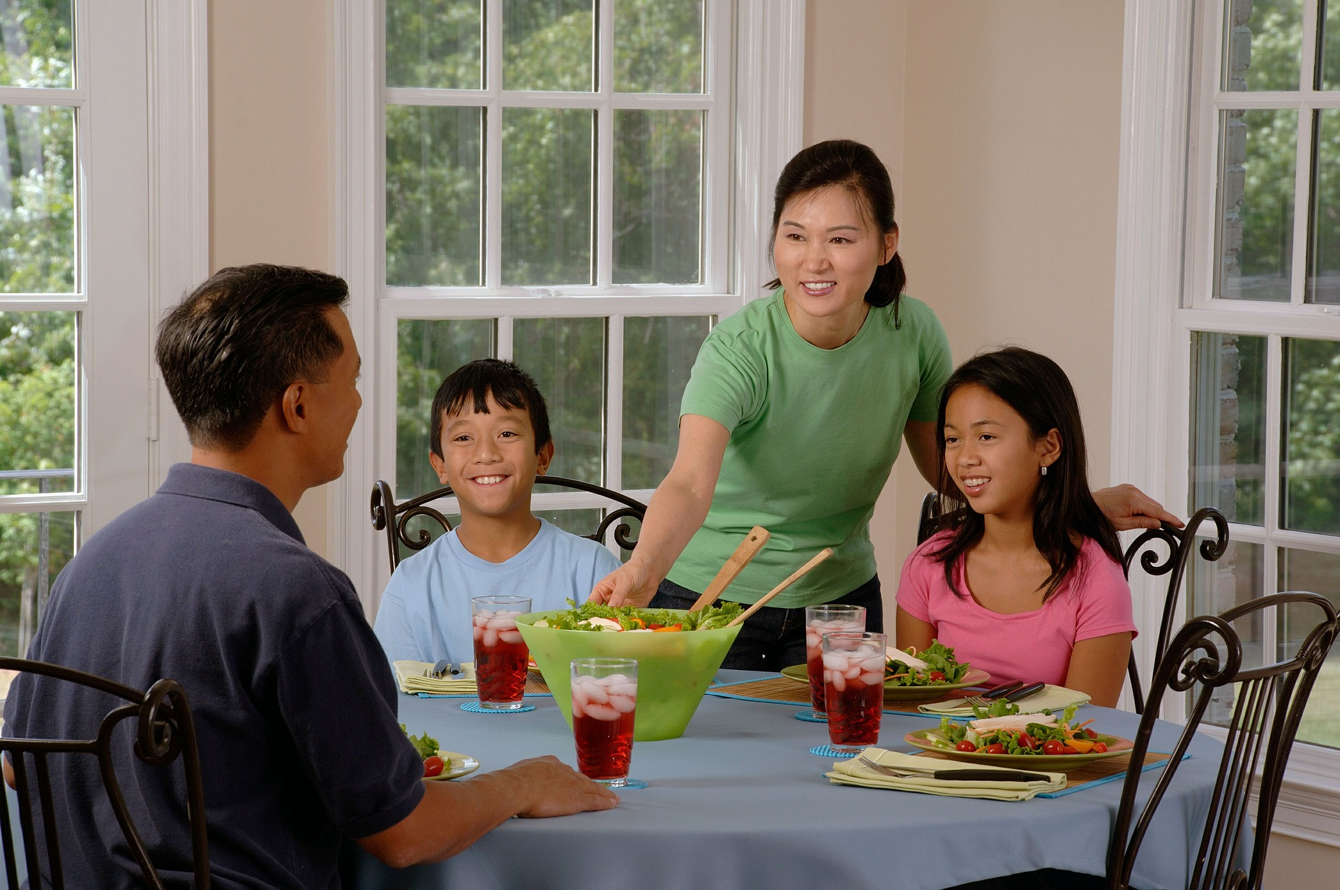 family-eating-at-the-table (Pixabay 619142_1920).jpg