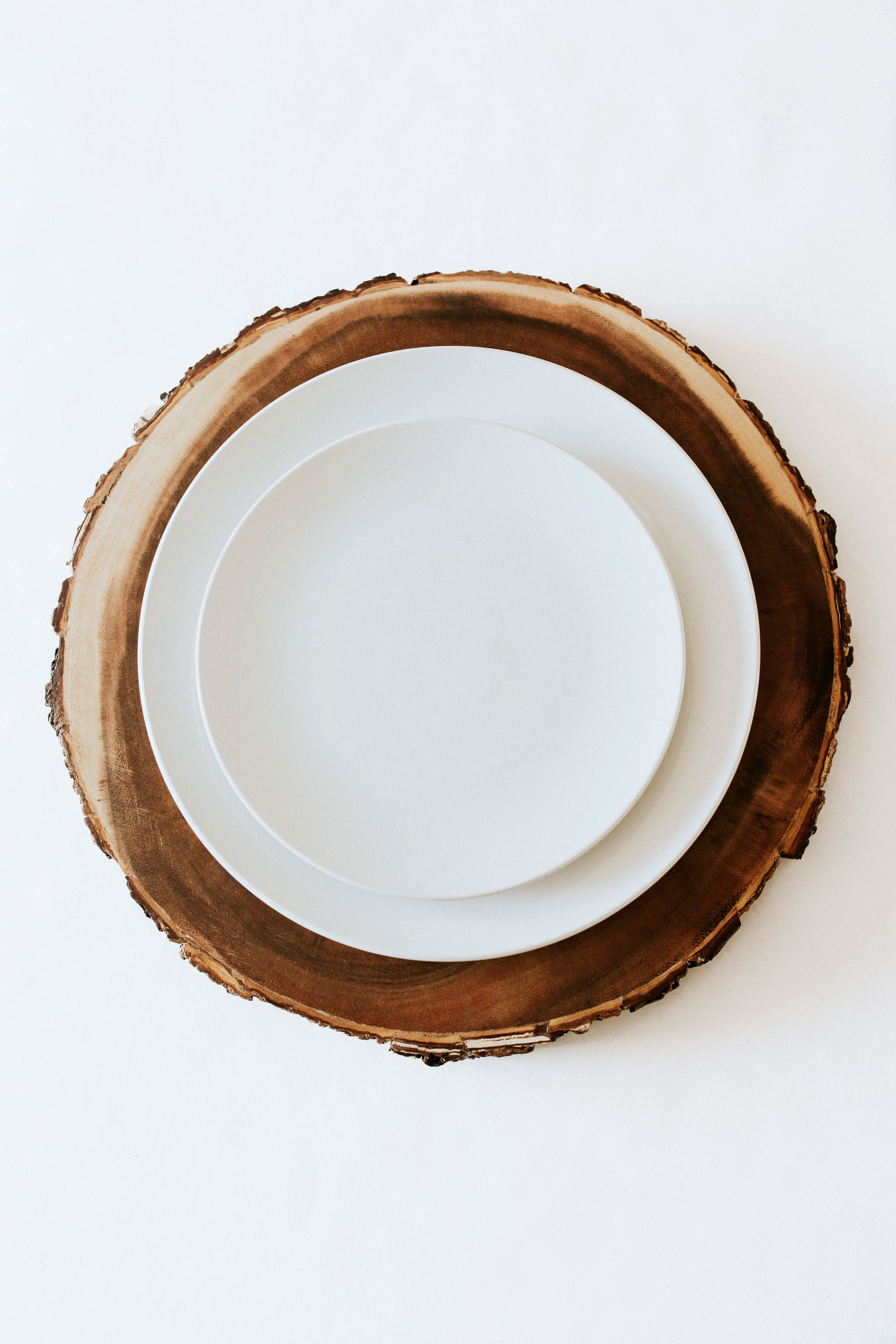 How to create / DIY a natural minimal table setting - wood charger and white plates