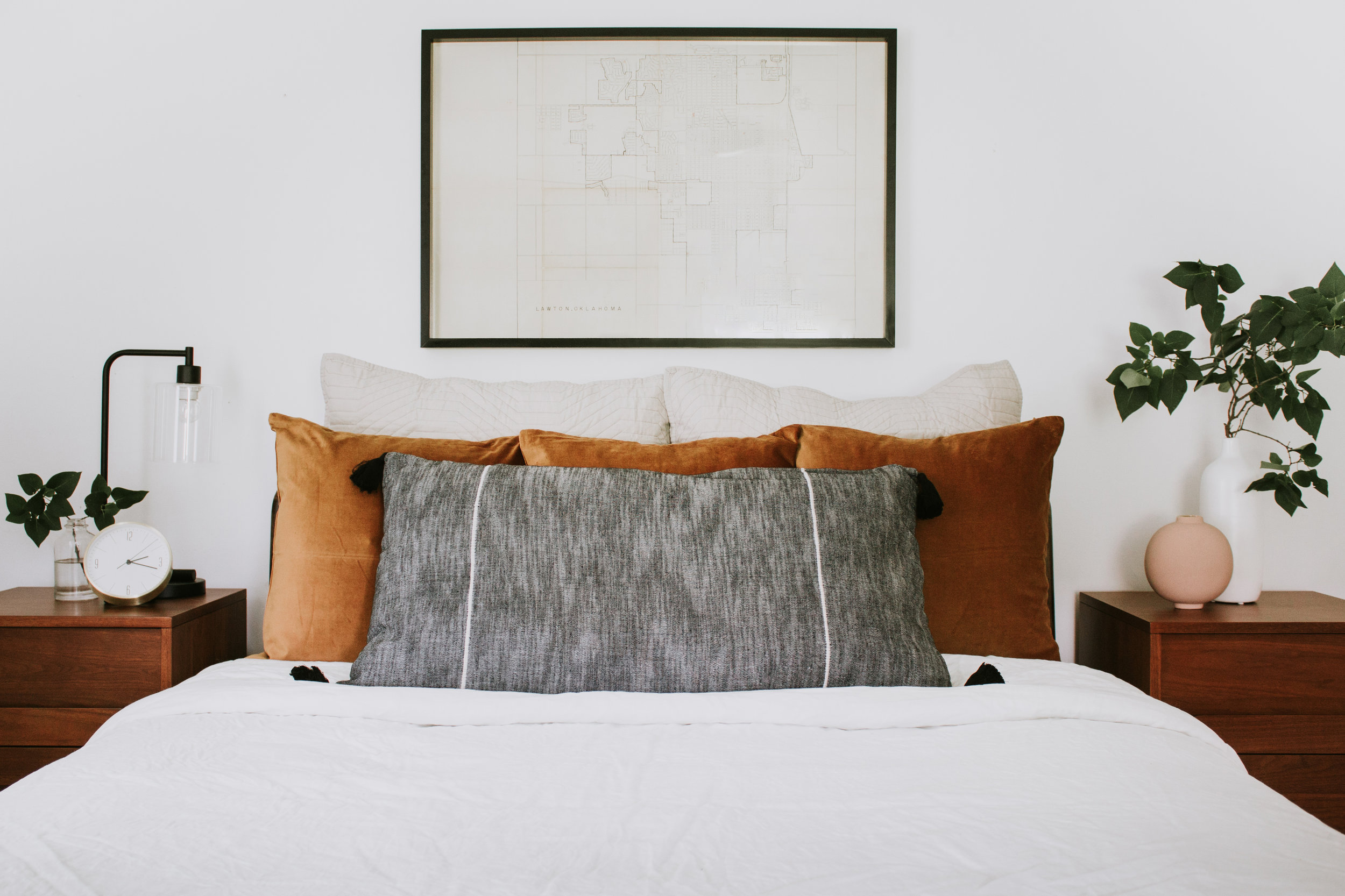 4 different ways to style bed pillows - How to make your bed like an interior designer. 4 pillow layouts and styles by Nadine Stay.