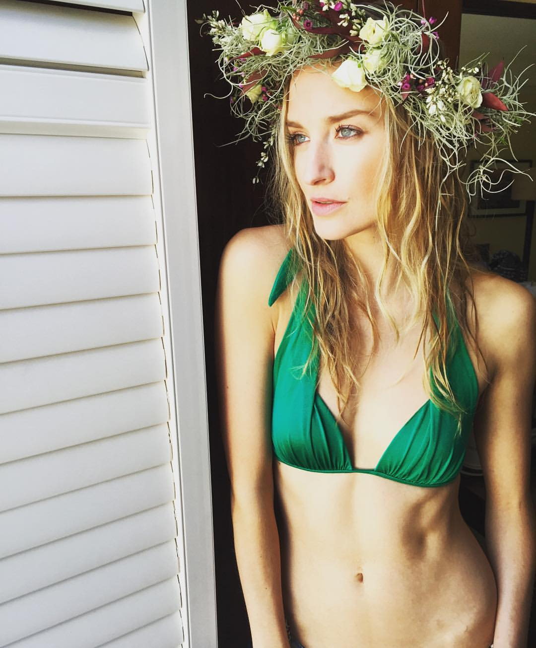What's that ? A new @twomodelsdo episode tomorrow ? What happens when they are going to throw out your #Hawaiin headpiece .. An impromptu #photoshoot #model #blonde #bikini