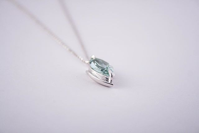Throw back to this gorgeous 18ct white gold, aquamarine pendant. 😍😍😍