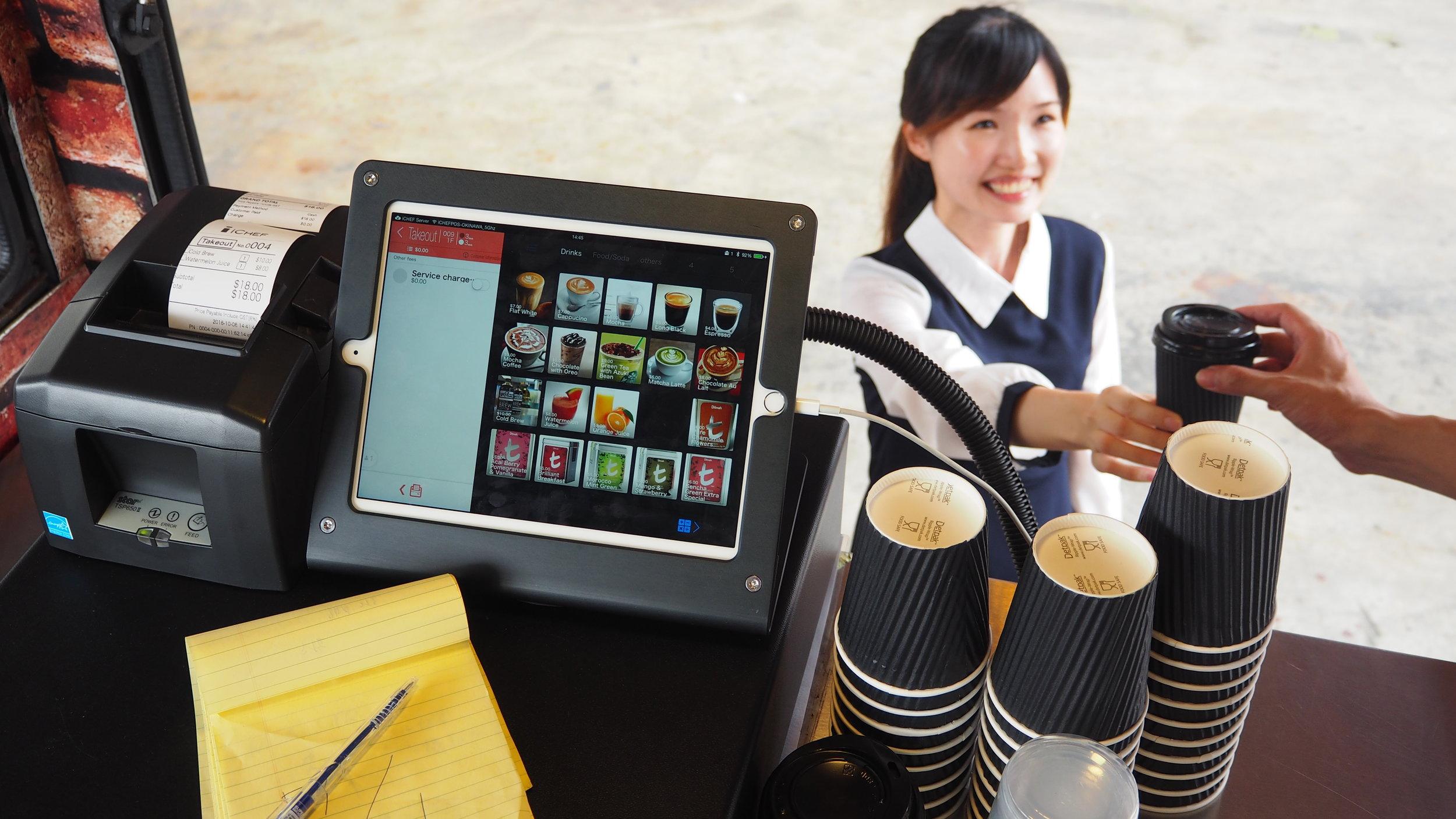 iCHEF POS 系統在餐車櫃檯上不佔空間,直接做點餐、結帳、出餐