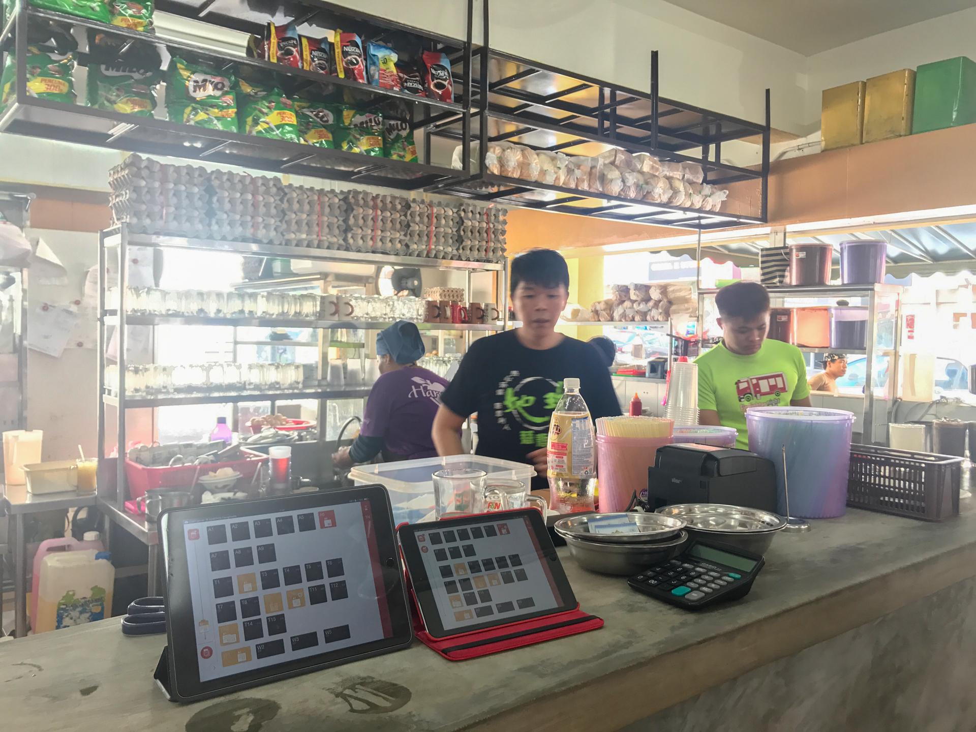 Thong Kee Cafe 使用母機與子機各一台,直接將小台的 iPad mini 帶到桌邊就能點餐