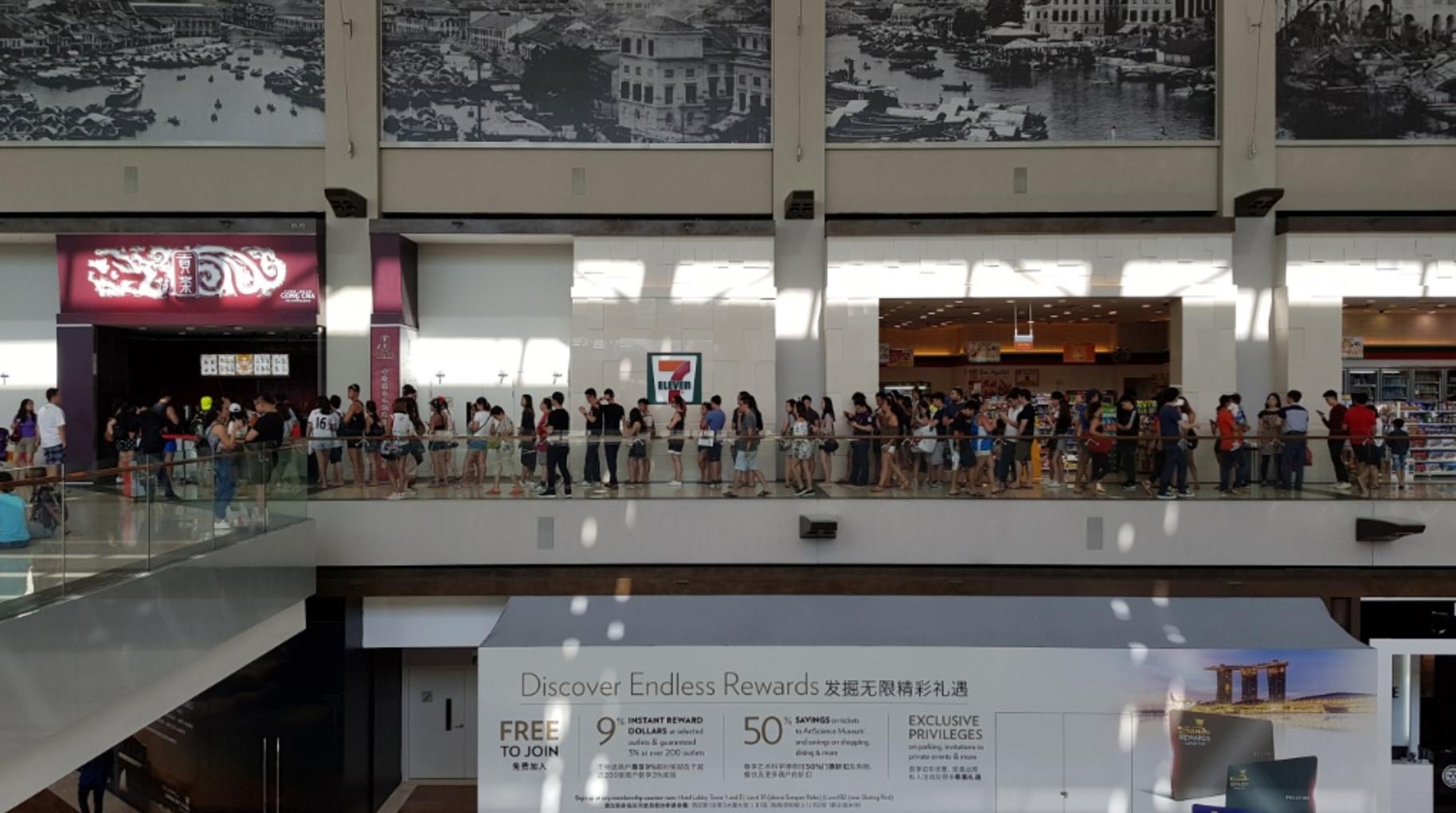The queue on Gong Cha's last day at Marina Bay Sands. Image credit: vulcanpost.com
