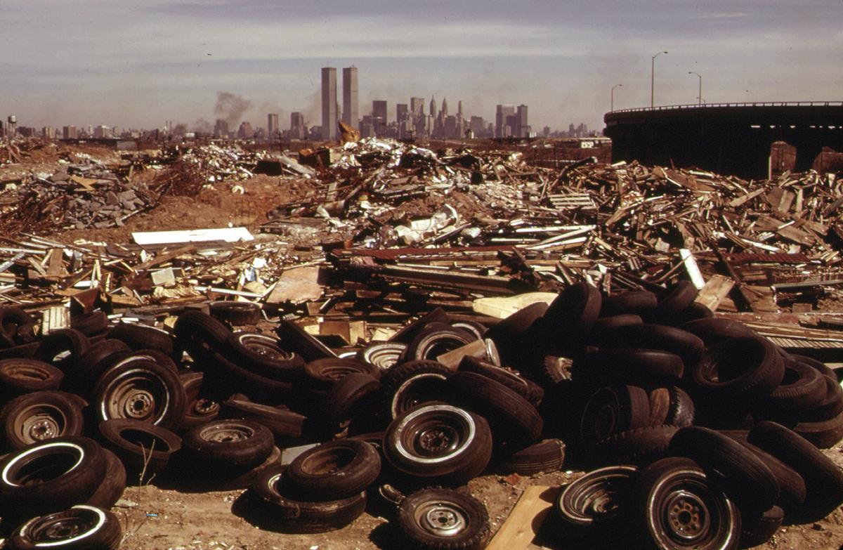 En illegal losseplads opstået ved Hudson river på New Jersey siden, med Manhattan i baggrunden. Marts 1973. Kilde:  The Atlantic