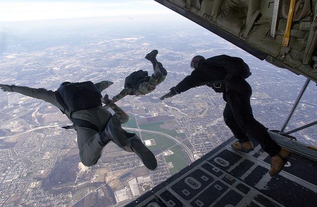 parachute-704416_640.jpg