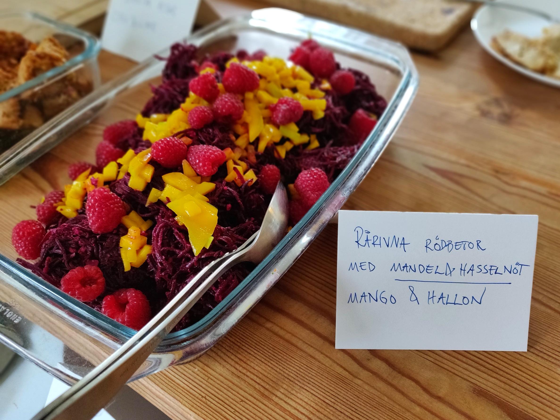 Rårivna rödbetor med hallon och mango