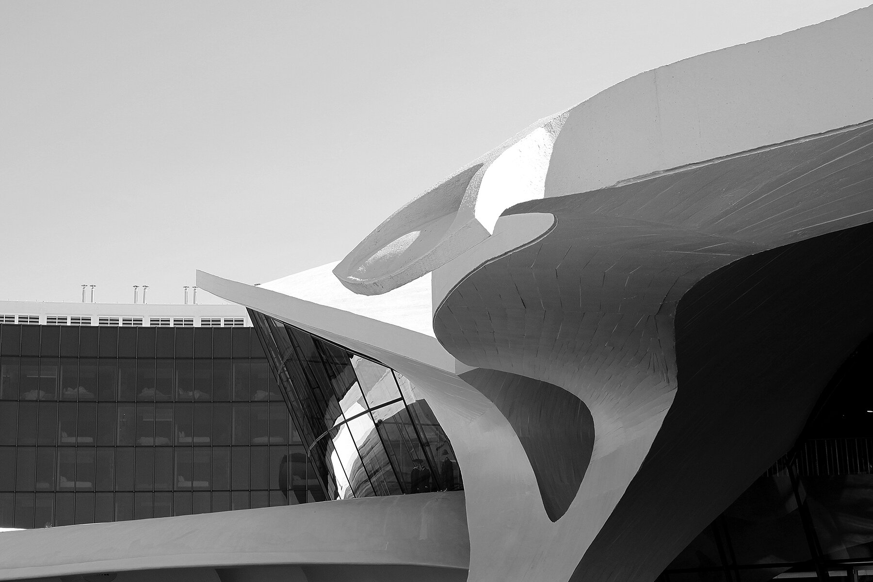Saarinen's plastic forms contrast with the acoustically engineered curtain wall of the hotel wings. Photo: Patrick Templeton.