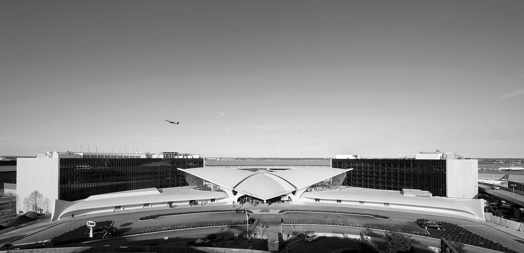 The two hotel wings frame the landmarked terminal. Photo: David Mitchell. Courtesy TWA Hotel.