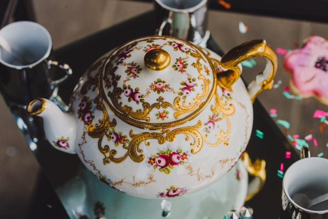 DECORATIVE TEA POTS AND DISHES