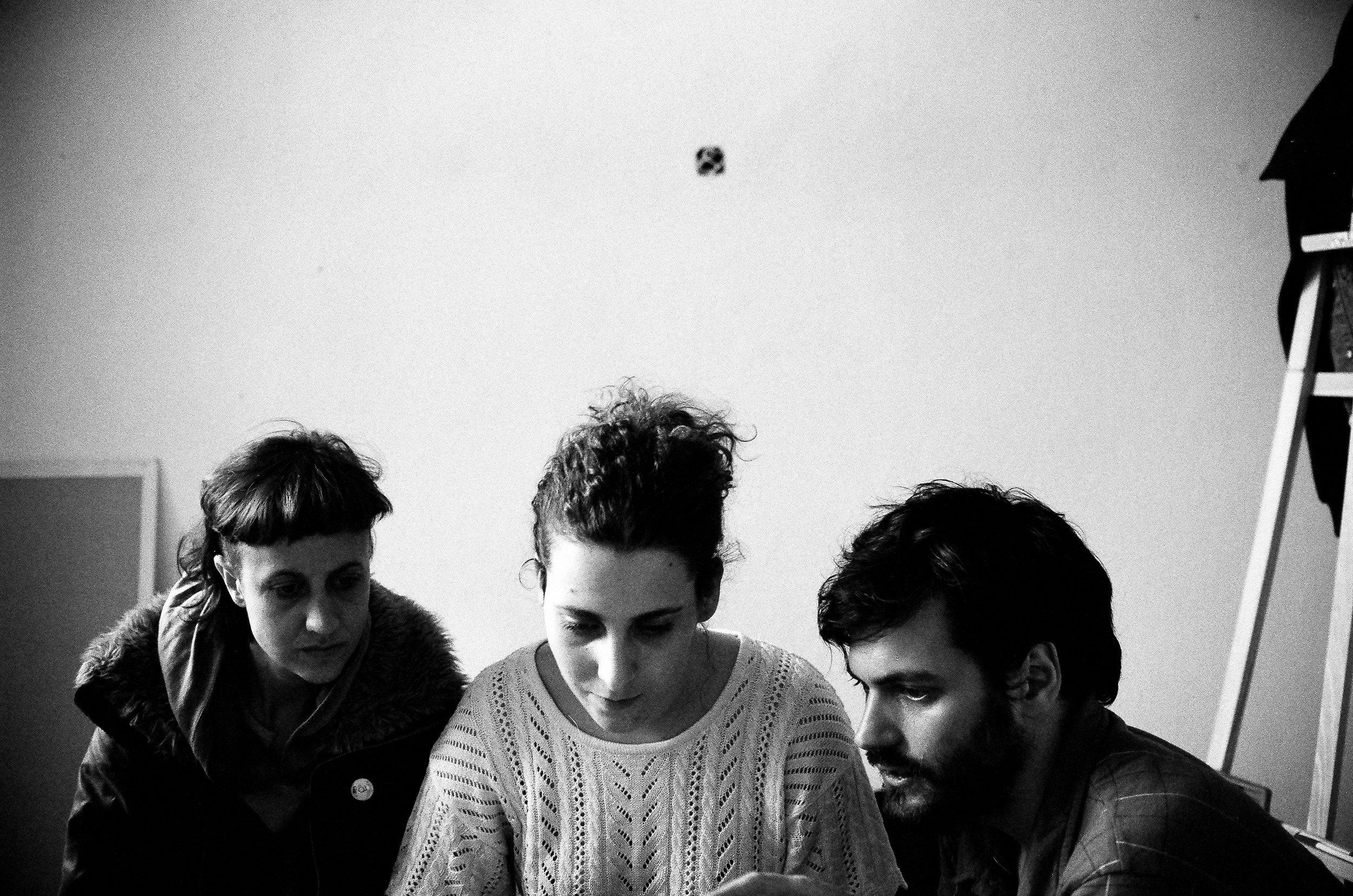 Ceci, Iara y Gaspar en pleno montaje. Foto por Lula Bauer