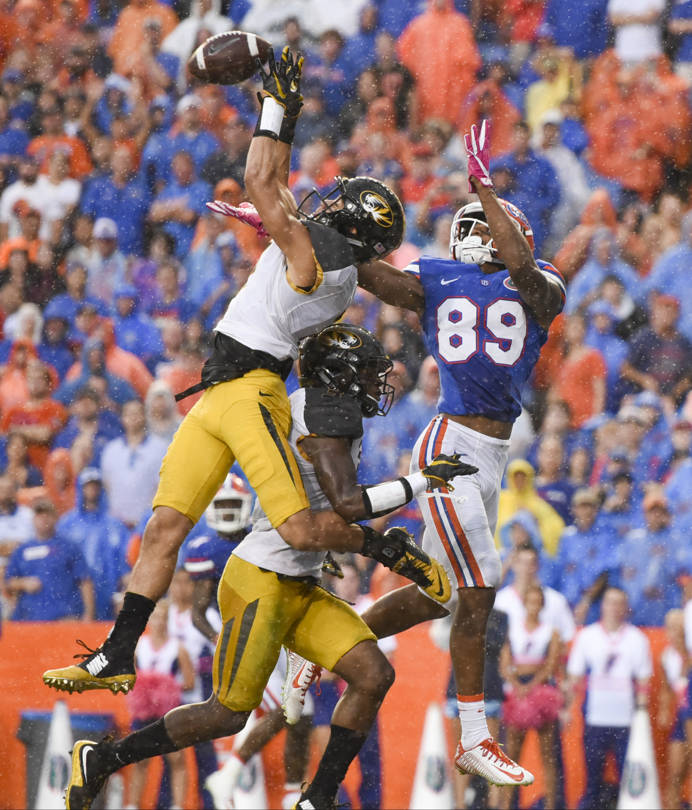 Missouri Tigers safety Cam Hilton (7) nearly intercepts a pass intended for Florida Gators wide receiver Tyrie Cleveland (89) in the third quarter during the game between the Florida Gators and the Missouri Tigers in Ben Hill Griffin Stadium on Saturday, Oct. 15, 2016, in Gainesville, Fla. The Gators beat Missouri 40-14.