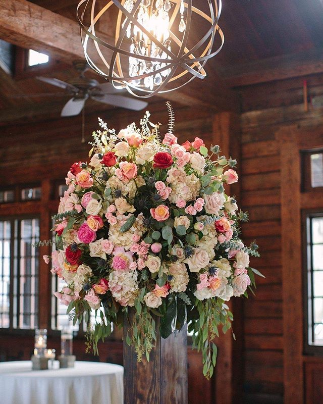Statement pieces do exactly that. Make bold and beautiful statements. 💐 Arrangement by @southernfloralsanddrapes 📸 Photo by @twochicsphotography
