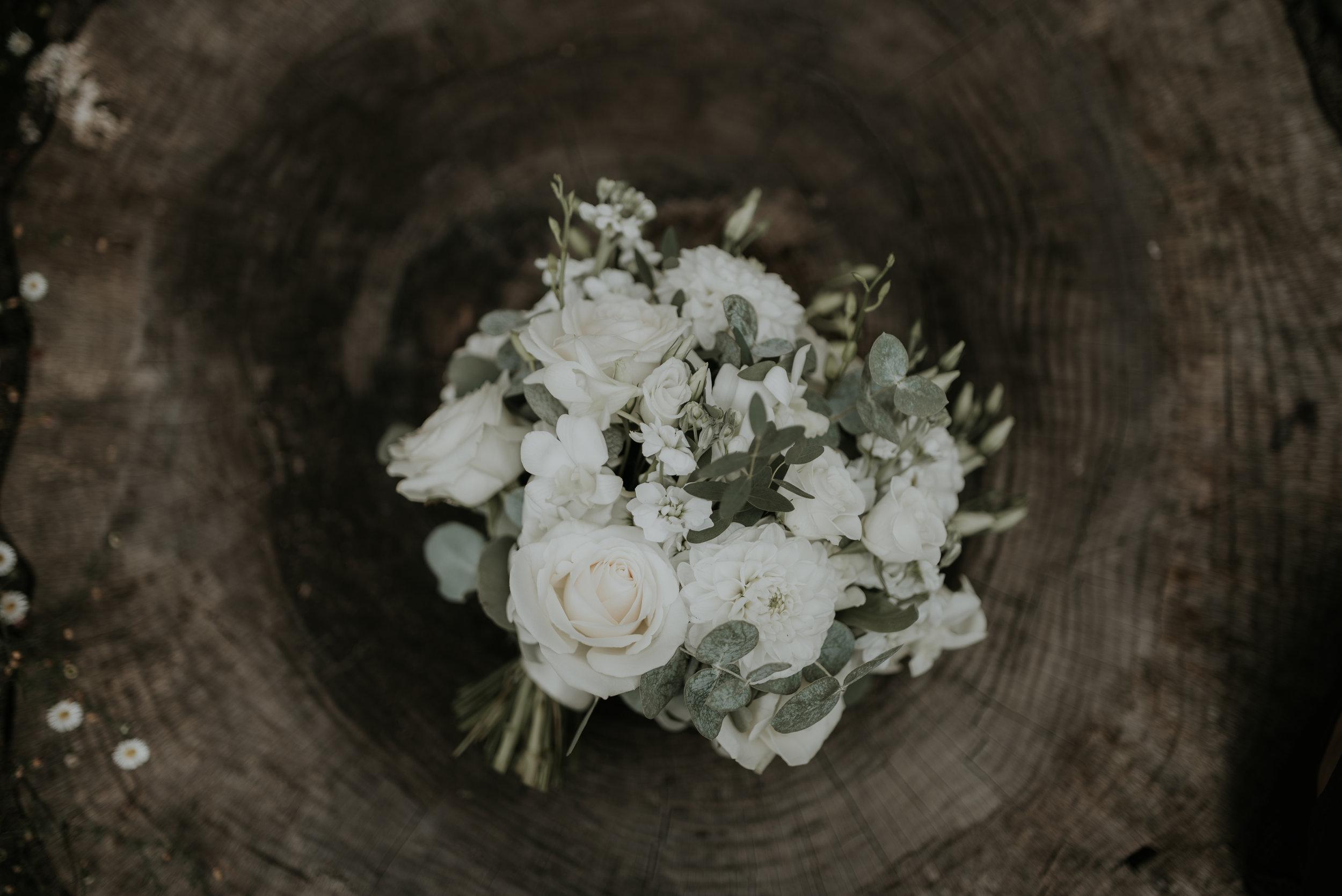 simple-elegant-bridal-bouquet-on-log