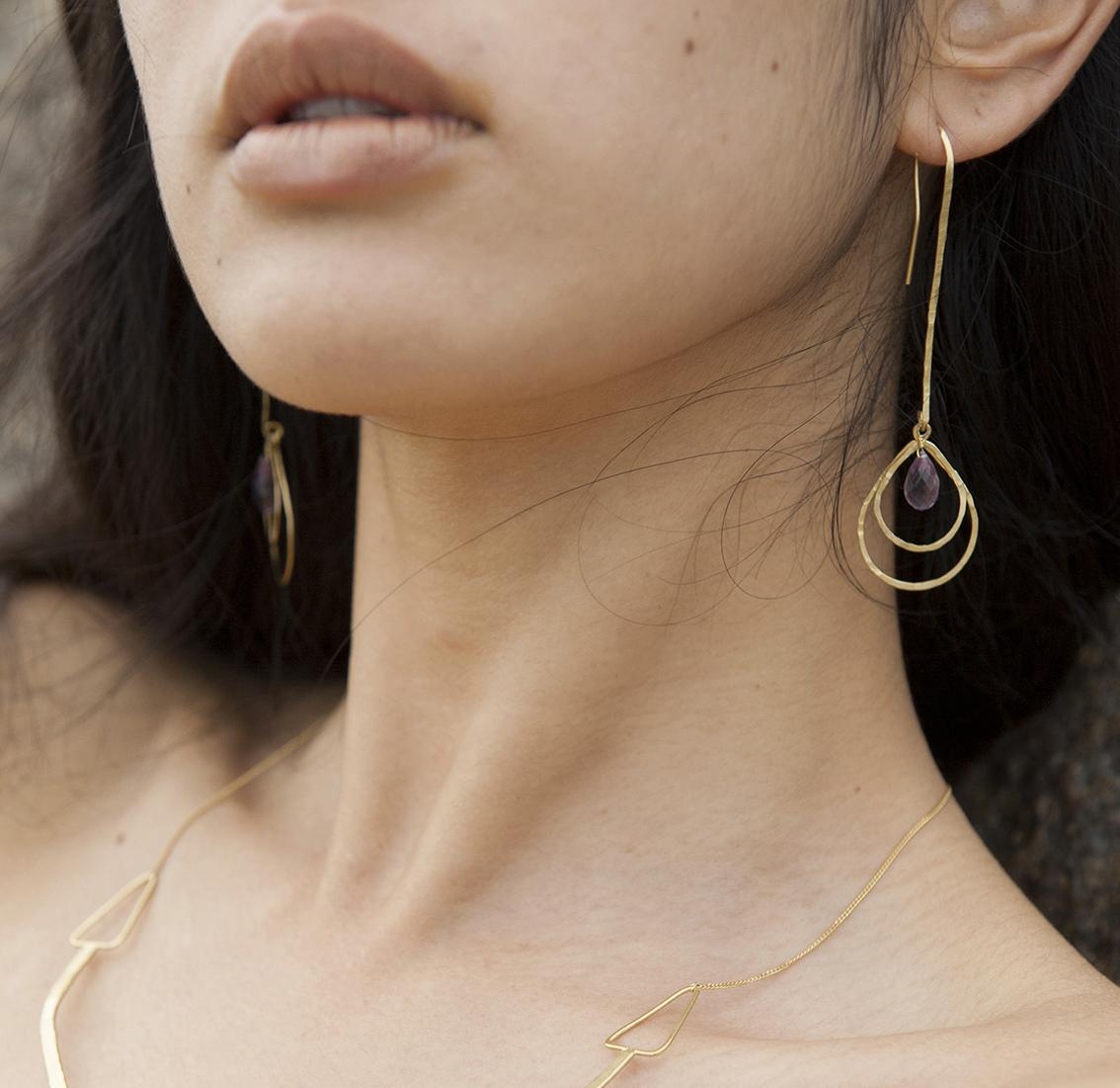 Boucles d'oreilles rigides, martelées, vermeil, or, pierres fines, améthyste.