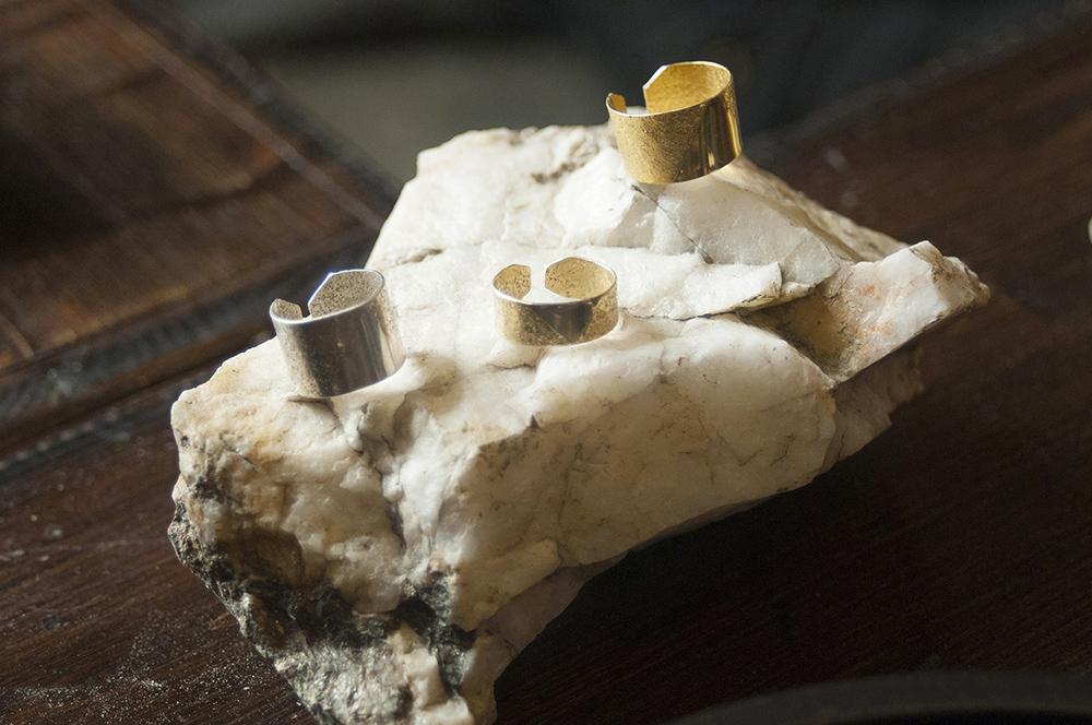 Bagues martelées et polies, motif triangle, fabrication de bague, quartz du Cap Bénat.