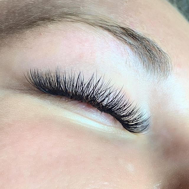 a little hybrid love • • • call @sirenandproper at 616.427.5394 for all your eyelash needs ✨
