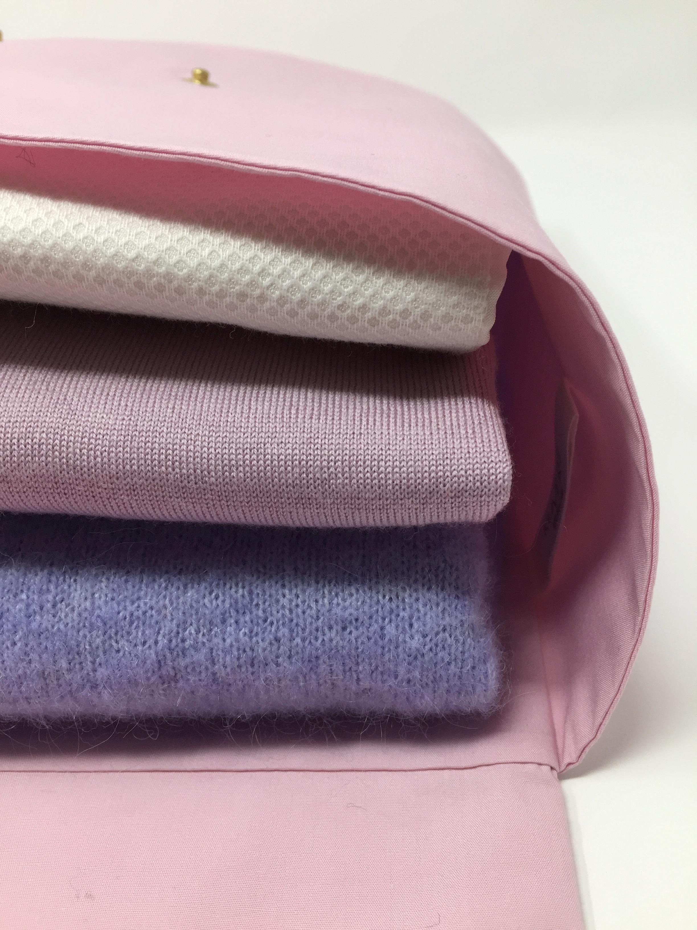 Unser Hemden Kuvert - Es hat ein wenig gedauert, bis wir den perfekten Schnitt für unser Hemden Kuvert gefunden hatten. Aber:es hat sich gelohnt!Nicht nur das Packen frisch gebügelter Blusen und Hemden ist nun unkompliziert und eine wahre Freude, sondern auch das Auspacken - und jeglicher Streß in Sachen Bügeln bleibt einem an Ankunftsort erspart.
