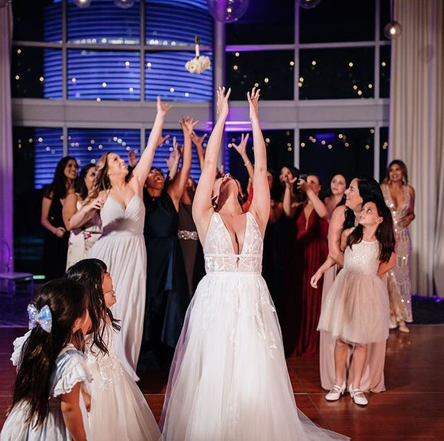 When the bride and her sister are dancers and it shows! 👯♀️💃 Sooo cute! Flip through to see the bouquet toss perfectly captured by @the_picture_cottage 😍 Also, how cute are the little girls watching! @rebekahfinol @epichotel @aandbe_miami @jmorganflowers @laurasbarcelo