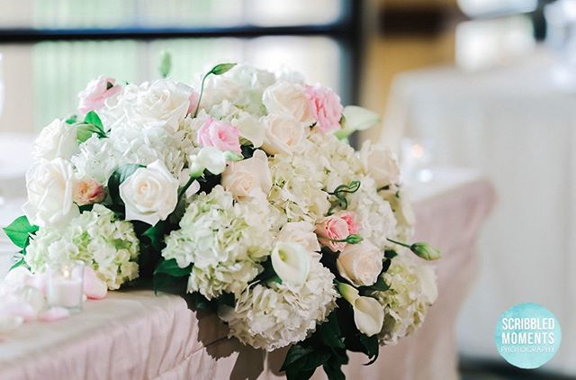 Loved this gorgeous sweetheart table floral arrangement by @dalsimeratlas 😍 Photo: @scribbledmomentsphotography Venue: @fortlauderdalecountryclub