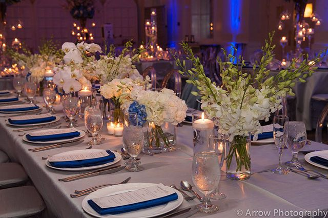 😍Loved these gorgeous low centerpieces by @petalprod @brelexeventrentals @arrowphotovideo @atjc_aventura