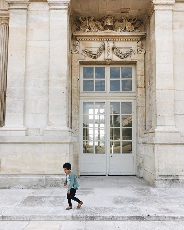 Passion vieilles pierres 🏰 les musées et visites avec les enfants ne sont pas toujours couronnées de succès qu'on se le dise... mais j'ai tendance à persister dans l'espoir qu'ils s'y sensibilisent tôt ou tard. Et l'autre jour c'était plutôt en bonne voie . Le château de Maisons-Laffitte dans les Yvelines est une merveille vraiment très agréable à visiter avec des enfants. Grand juste ce qu'il faut, beaucoup de variété d'une pièce à l'autre et des mises en scènes amusantes qui rendent les lieux vivants. Sans oublier qu'il n'y a pas un chat... et un parc ombragé pour terminer la visite sur une note champêtre ⭐️⭐️⭐️ je recommande!! . Old stones passion 🏰 let's be honest visits and museums with children aren't always a success... but I tend to persist in the hope they will become sensitive to it one day or another. It seemed we were lucky and perhaps on the right track a few days ago . The château de Maisons-Laffitte is a pure wonder that is very pleasant to visit with children. Just big enough, there is beautiful variety from one room to the next and cute displays that made the rooms that more lively. Not to mention there was hardly a soul there... and a wonderful shaded park to end the visit on a poetic rural note ⭐️⭐️⭐️ I highly recommend . #chateaumaisonslaffitte #visitechateau #frenchwonders #chateau