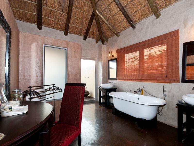 Addo_Eastern_cape_safari_accommodation_hlosi_game_lodge_bath1_Bathroom4_Regular-min.jpg