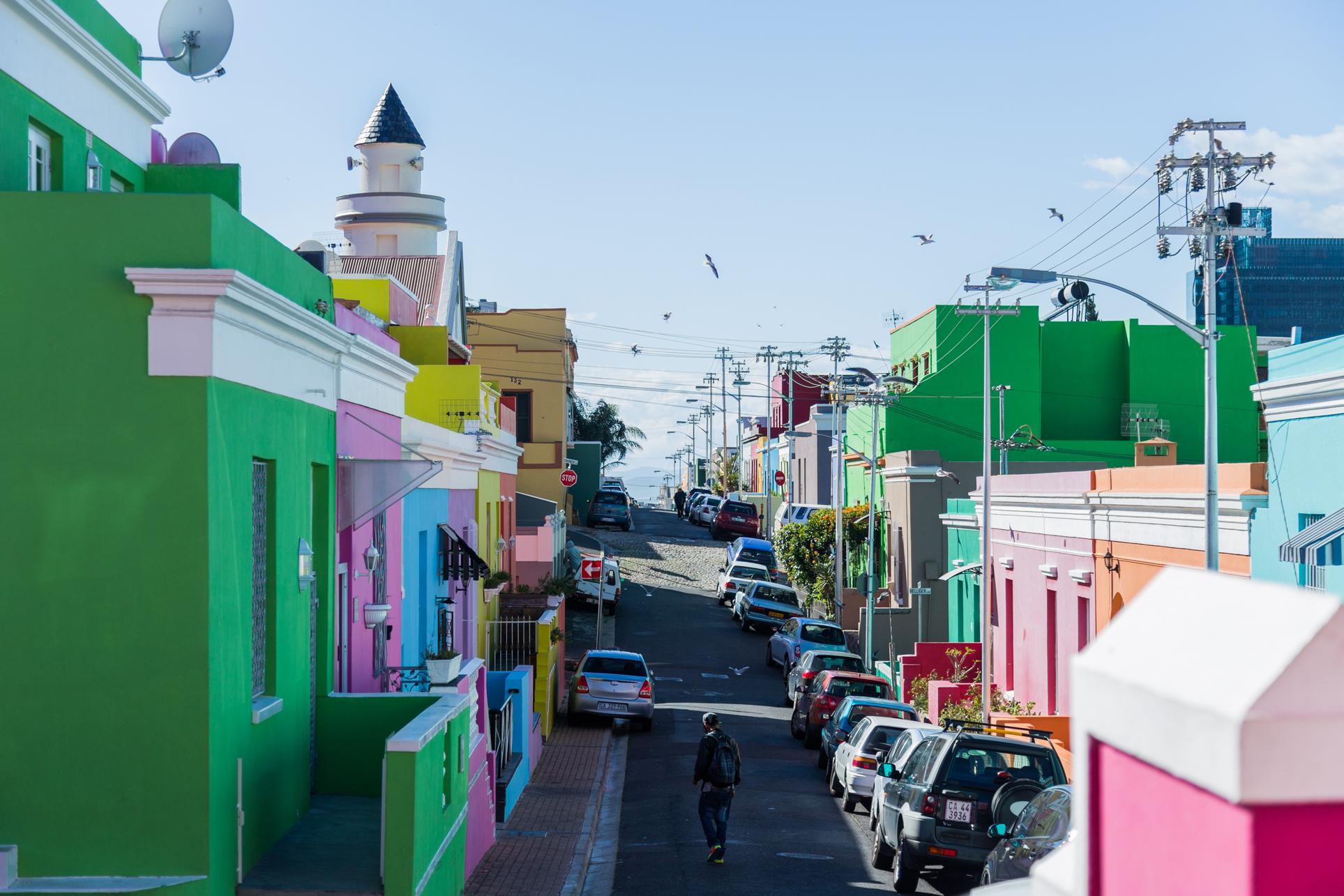 Ta1 op Attractions - Bo Kaap - Bo-Kaap-Neighborhood-Street-Cars-Houses.jpg.jpg