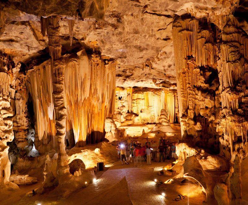 Agence_de_voyages_basée_en_Afrique_Tours_et_voyage_à_Cape_Town_et_les_vignobles_Voyage_de_noces avec_CapOuPasCap_Voyage_oudtshoorn_cango caves2.jpg
