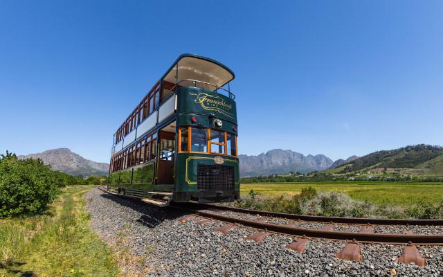 Agence_de_voyages_basée_en_Afrique_Tours_et_voyage_à_Cape_Town_et_les_vignobles_Voyage_de_noces avec_CapOuPasCap_Voyage_Rusthuiz_Franschhoek_wine_tram.jpg