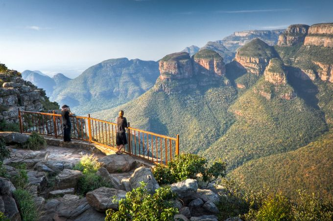 La Route Panoramique - Découvrez la Route Panoramique de l'Afrique du Sud menant au célèbre au Parc Kruger. Paradis naturel réputé pour ses magnifiques paysages montagneux, ses canyons et la diversité de sa faune, cette route vous offre plusieurs destinations différentes à explorer durant votre séjour. Ce circuit est modifiable est ajustable.8 jours / 7 nuits