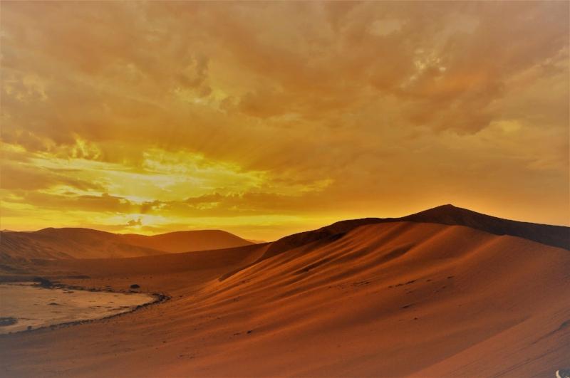 Le Meilleur DeLa Namibie - - 12 jours / 11 nuitsLa Namibie c'est le rêve pour les aventuriers. Des grands marais salants du parc national d'Etosha aux naufrages mystérieux de la côte des squelettes; des dunes de sable dorées de Sossusvlei à la ville portuaire de Swakopmund. Il y a tellement de choses à voir et à faire dans ce merveilleux pays africain que la planification du parfait itinéraire namibien peut être décourageante. Ce circuit est modifiable est ajustable.