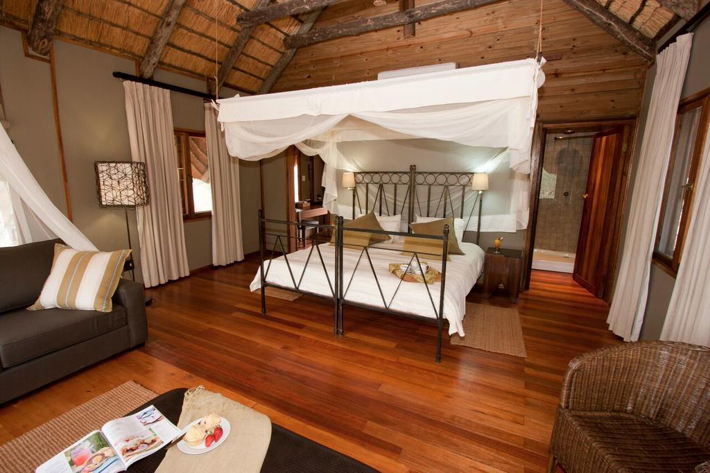 Agence de voyages basée en Afrique. Circuits et Safaris en Afrique. Loges pour les familles et les couples. Hluhluwe_Tree Lodge2.jpg